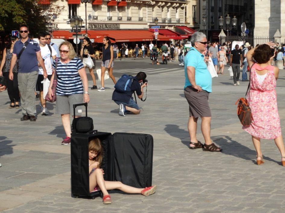 Ребёнок в чемодане,забавное фото