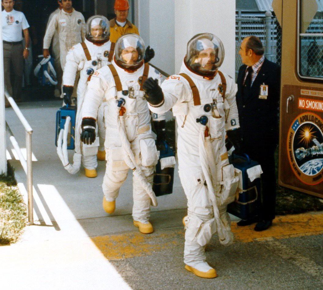 астронавт,чемоданчик,скафандр