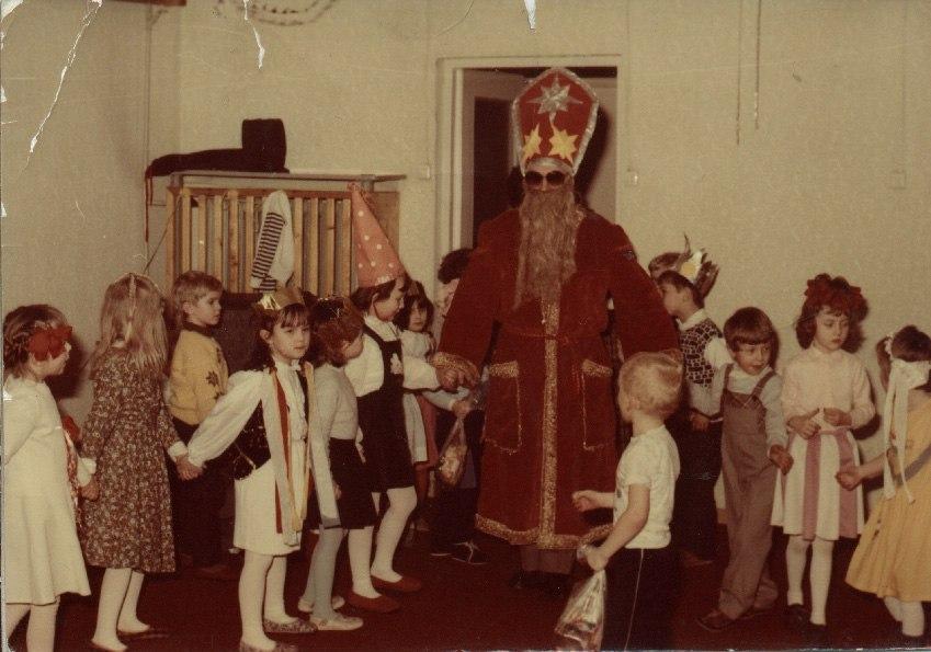 фотография 1992, Дед Мороз с детьми