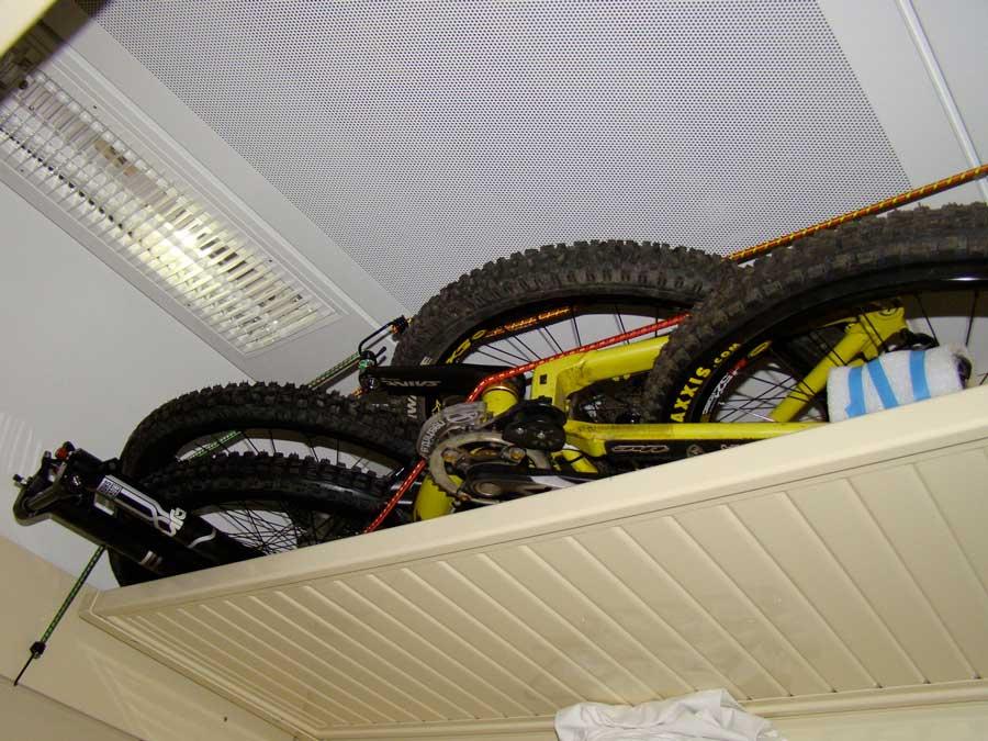 велосипед на багажной полке