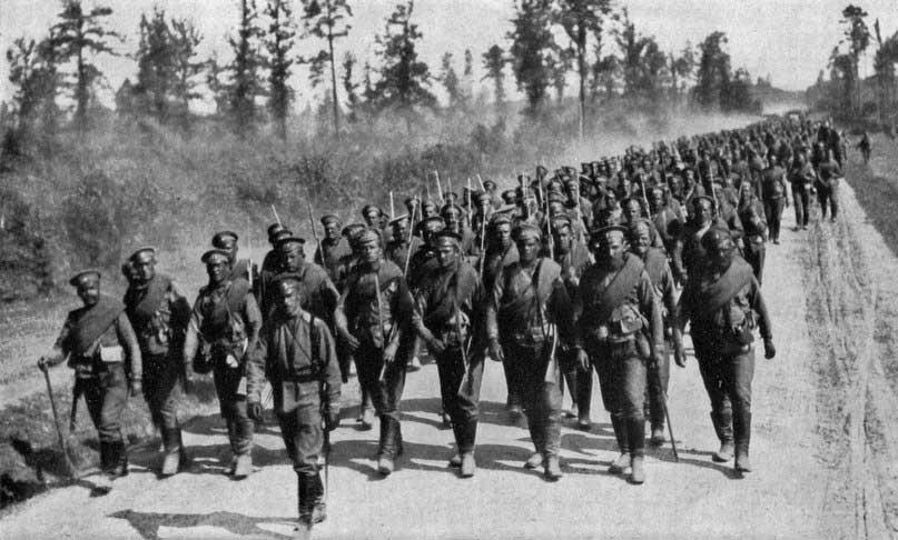 фото периода Первой мировой войны,колонна солдат