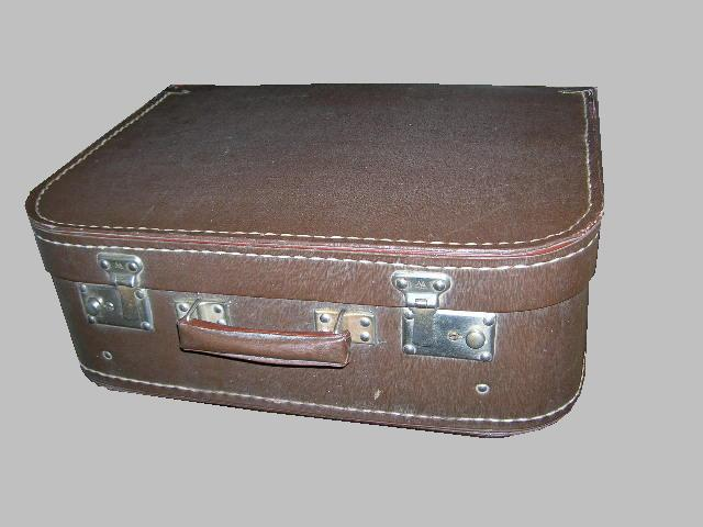 Футляр коричневого цвета; электрическая швейная машина «Тула»