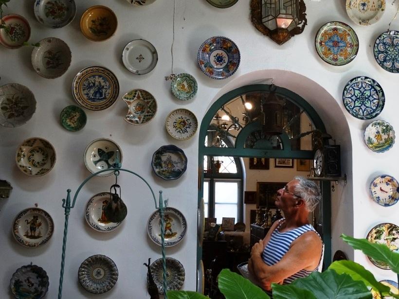 тарелки в антикварном магазине