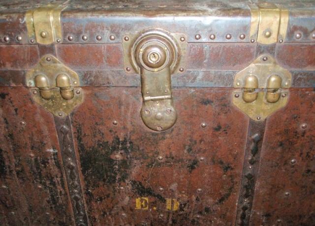 старинный сундук с металлической фурнитурой