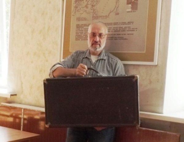 Аркадий Константинов с чемоданом Демпиха