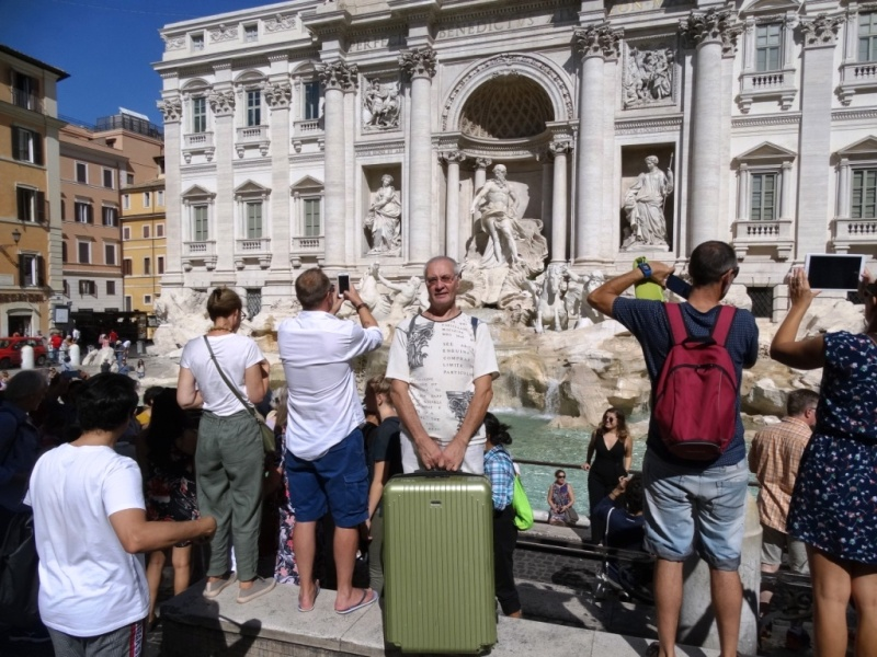 фонтан Треви в Риме,чемодан