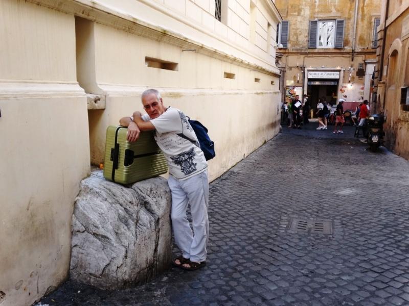 Аркадий Константинов с чемоданом Римова