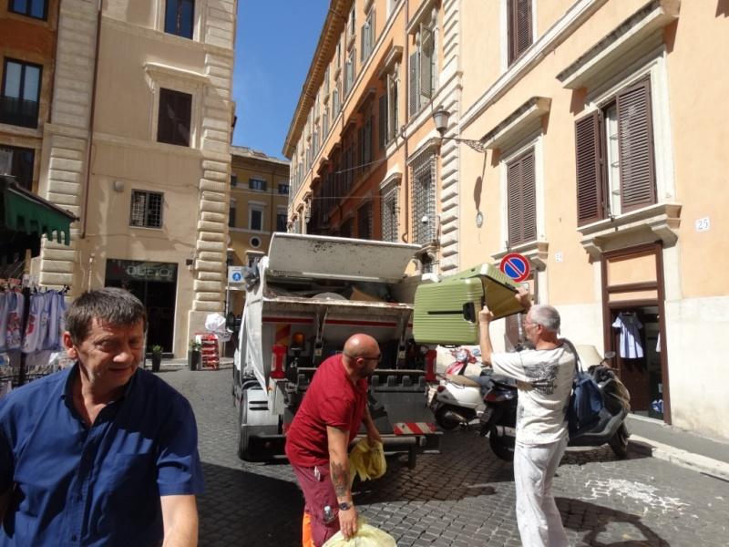 мусоровоз на улице Рима