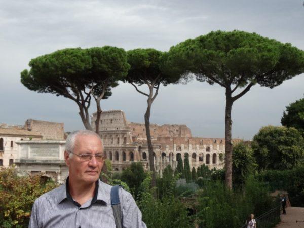 на фоне Колизея в Риме