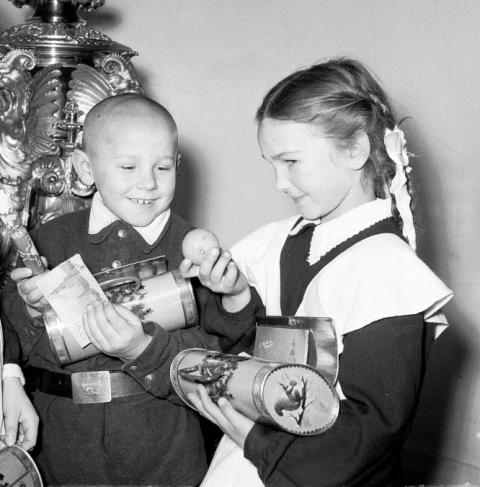 старое фото 1960,новогодний подарок,жестяной овальный детский чемоданчик