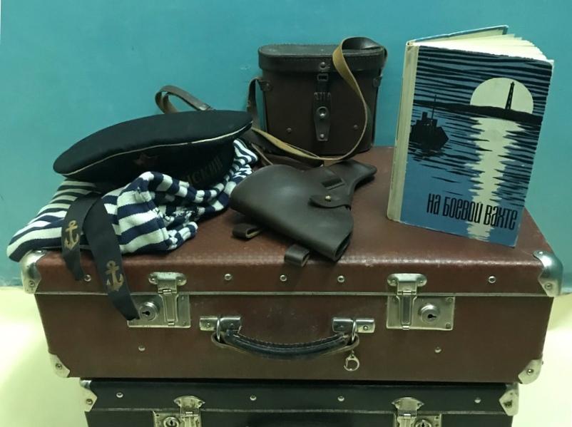 Книга На боевой вахте, чемодан, тельняшка, бескозырка