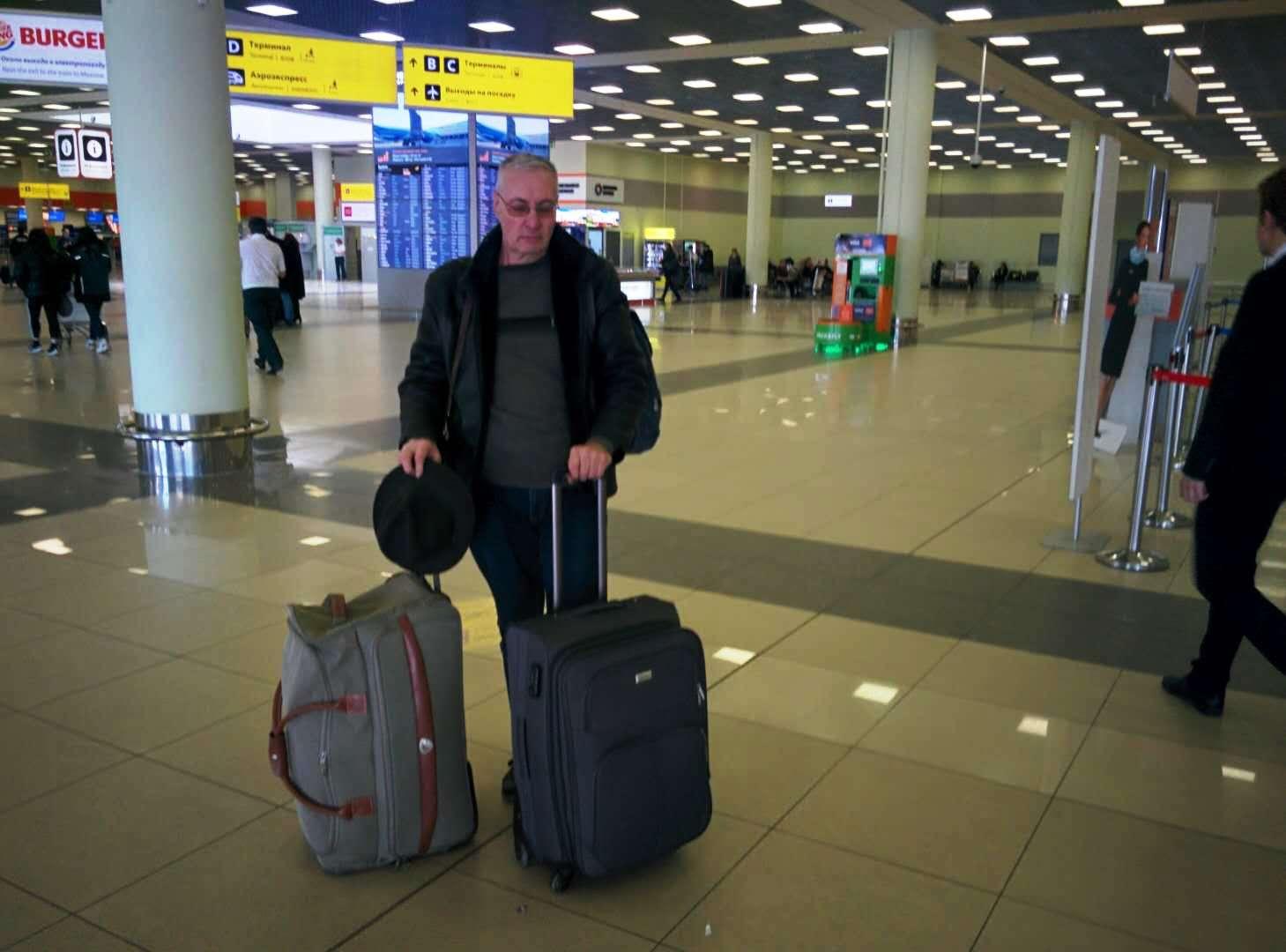 Аркадий Константинов с чемоданами в аэропорту