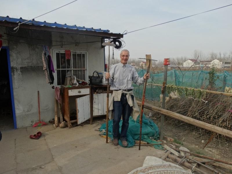 Аркадий Константинов с мотыгой в китайской деревне,Китай