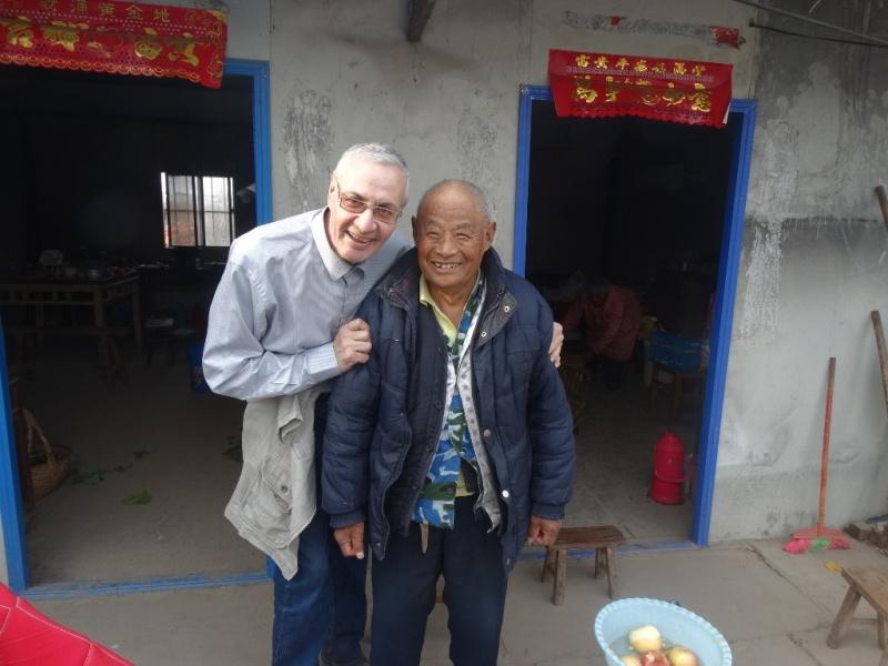 Аркадий Константинов со стариком-китайцем в китайской деревне