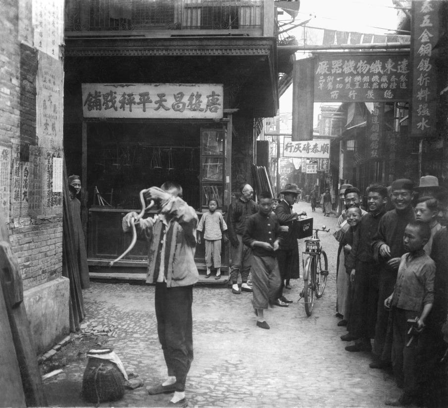 Китай,старинное фото,укротитель змей,китайская улочка
