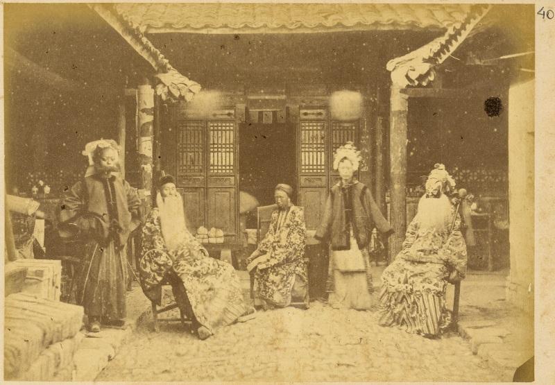 Китайские артисты в традиционных костюмах. Пекин. старинное фото начала ХХ в.