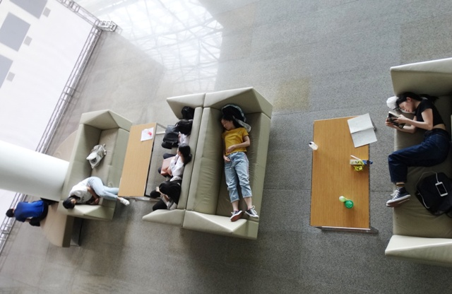 спит на диване в библиотеке,тихий час