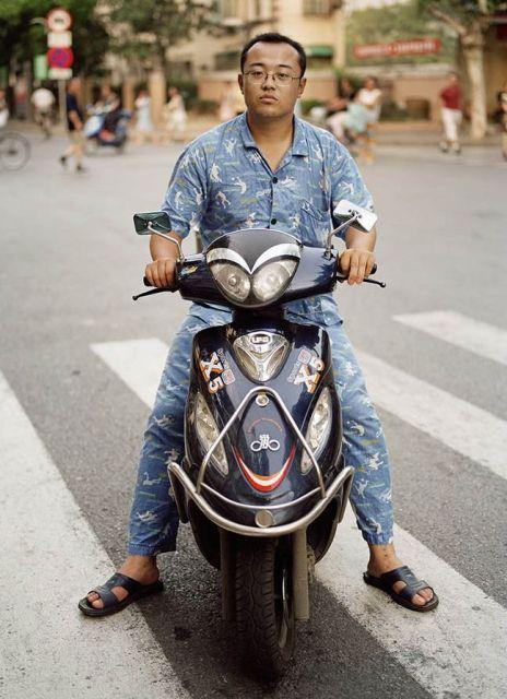 на мотоцикле без шлема, Китай