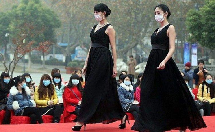 в масках на подиуме, Китай