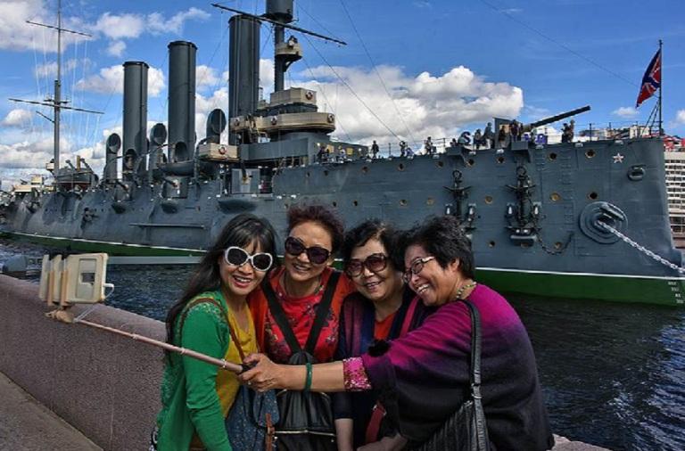 китайские туристы в Санкт-Петербурге,крейсер Аврора