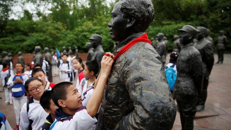 китайские туристы,красный галстук