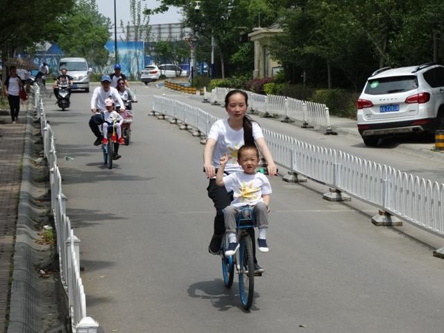 женщина с ребенком на велосипеде,Китай