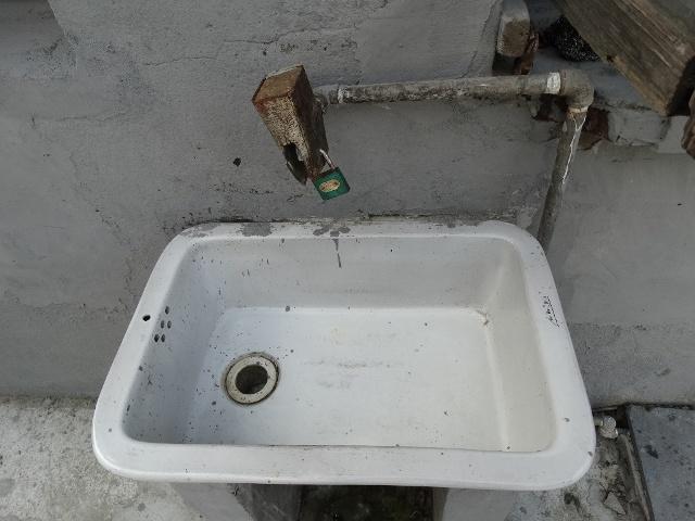 водопроводный кран на замке