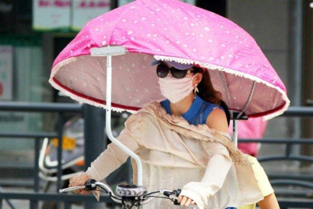 девушка в маске от солнца