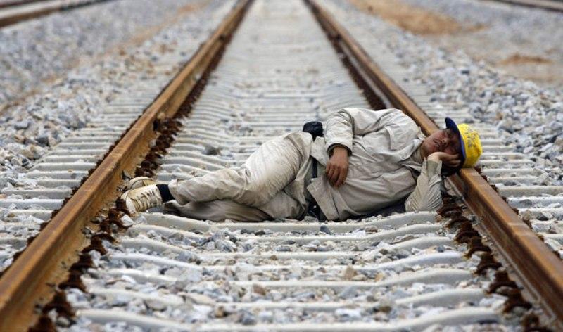 спит человек на рельсах