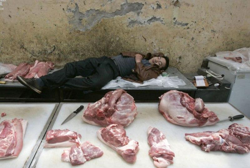 спит продавец мяса за прилавком
