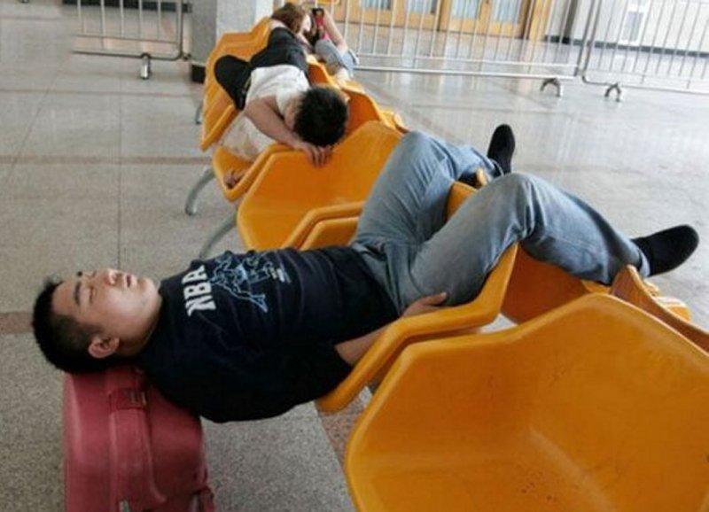 спит пассажир на вокзале