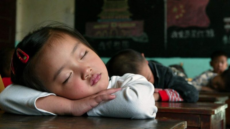 спит ученица за партой