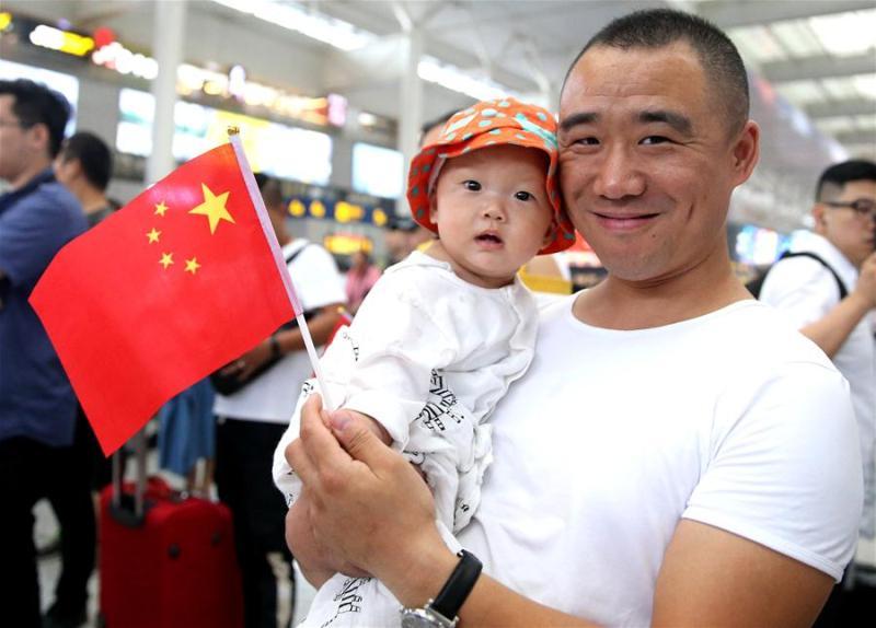 мальчик с красным флажком Китай