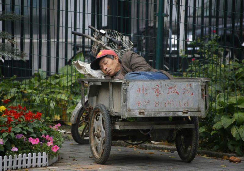 Дневной сон Китай рабочий спит в тачке