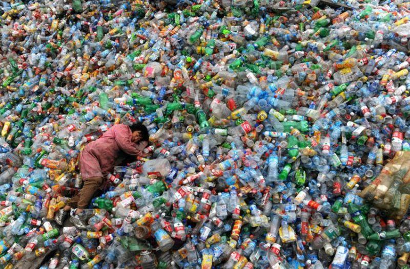Дневной сон Китай спит на пластиковых бутылках