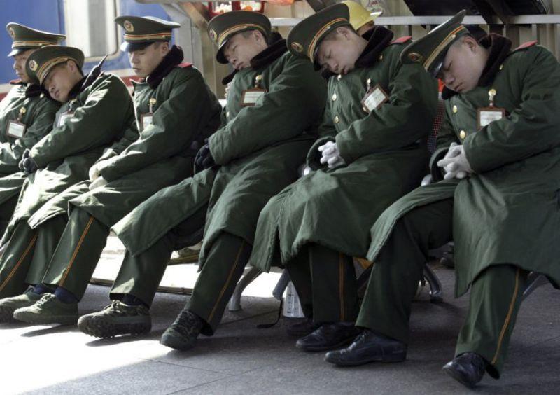 Дневной сон Китай солдаты спят военные