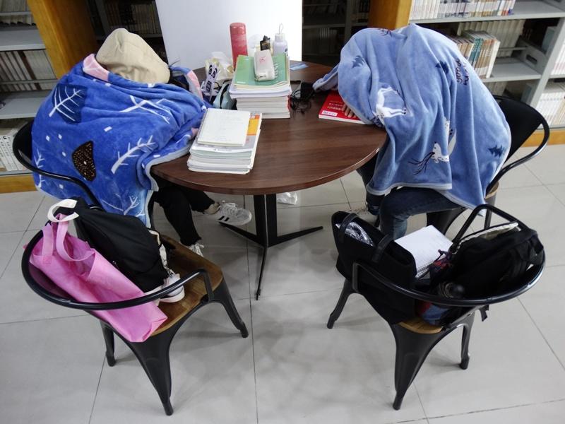 Китай дневной сон спят в библиотеке