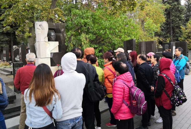 Памятник Хрущеву на Новодевичьем кладбище,китайские туристы