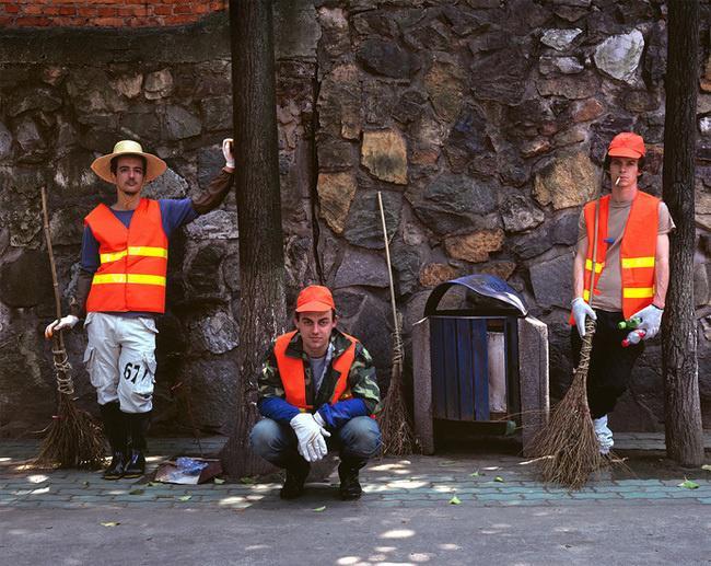 рабочие в оранжевых касках