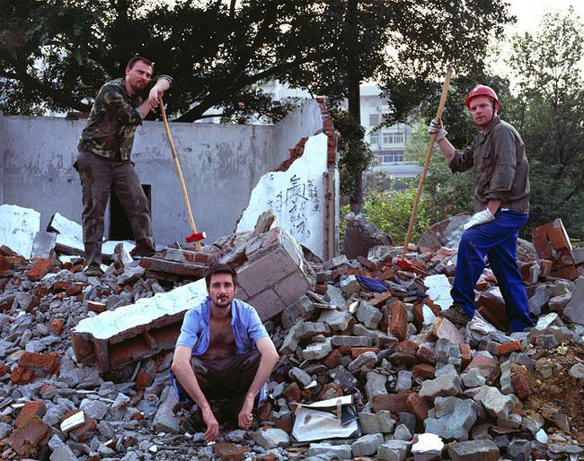 рабочие на развалинах дома,Бенуа Сезар