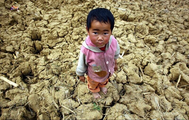 Засуха ребенок потрескавшаяся земля