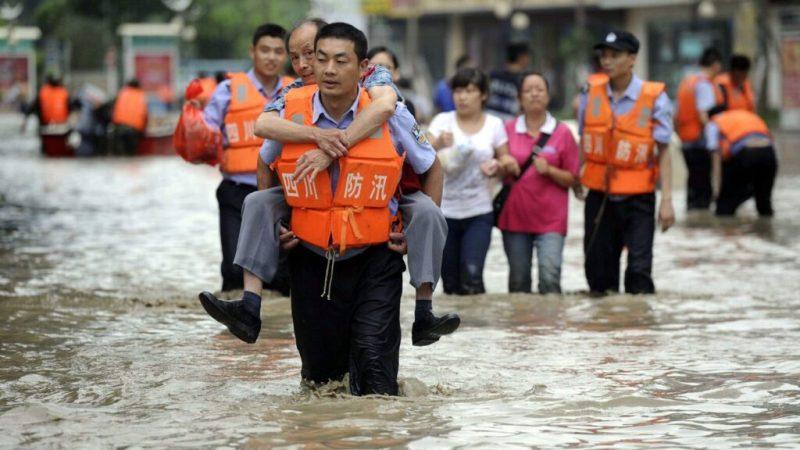 наводнение люди