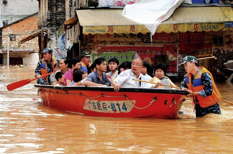 наводнение люди в лодке Китай