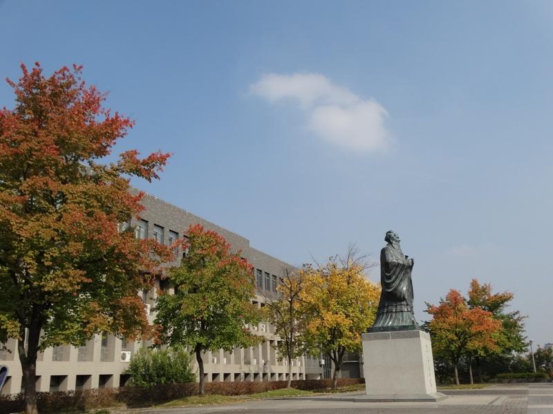 золотая осень Анхойский университет памятник