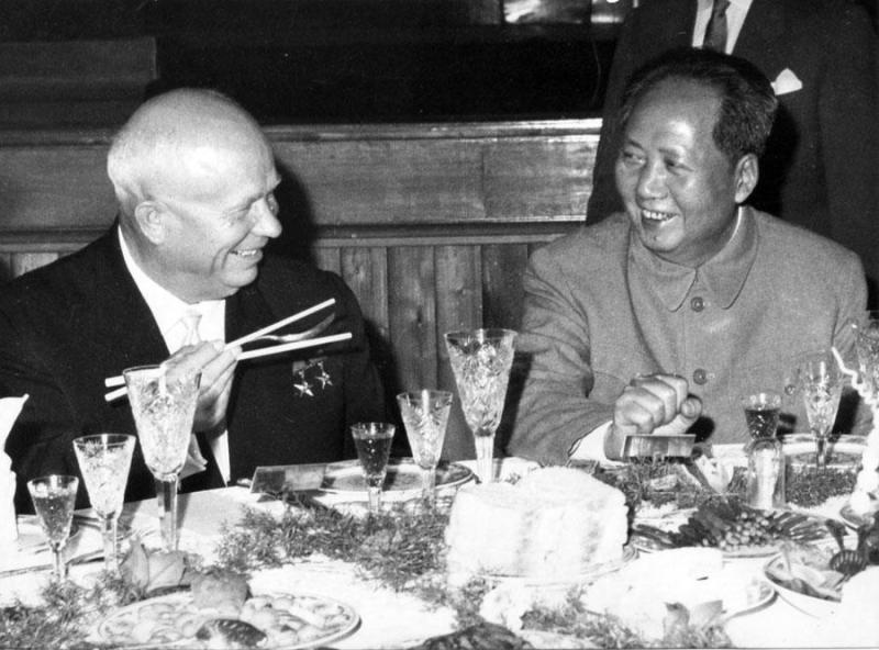 Хрущёв и Мао Цзэдун за столом, палочки и вилка
