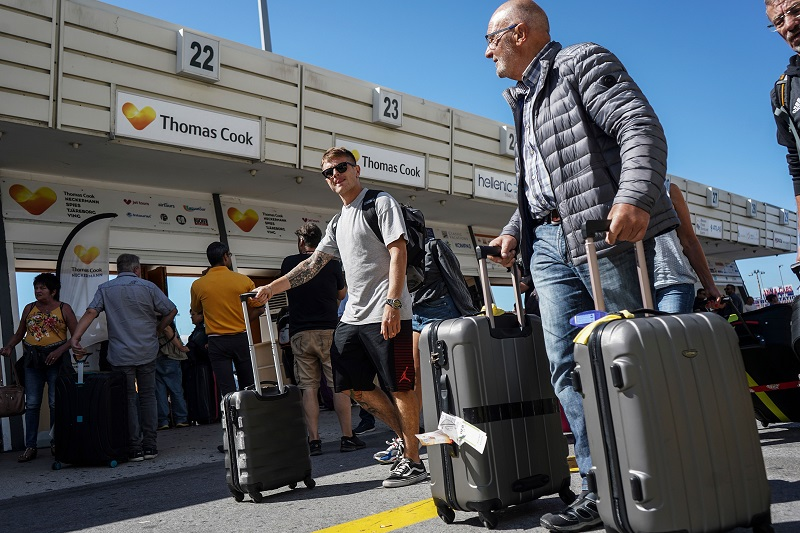 Турфирма Томас Кук. Туристы с чемоданами